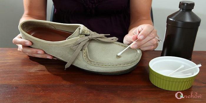 چگونه کفش های جیر را در خانه تمیز کنیم